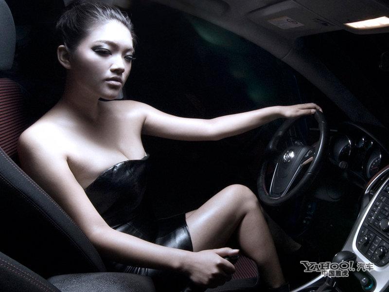 姐妹花速度与激情 低胸黑色期待激情邂逅 汽车