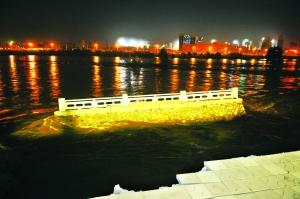 李桐叶/组图:黄河兰州段百米河堤垮塌市区供水管断裂(2/12)