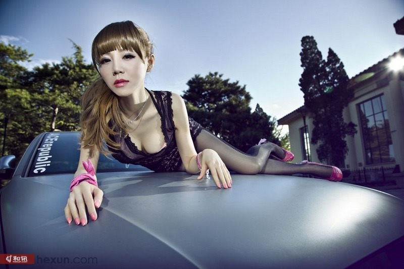 黑色蕾丝爆乳翘臀美女豪车激情对决