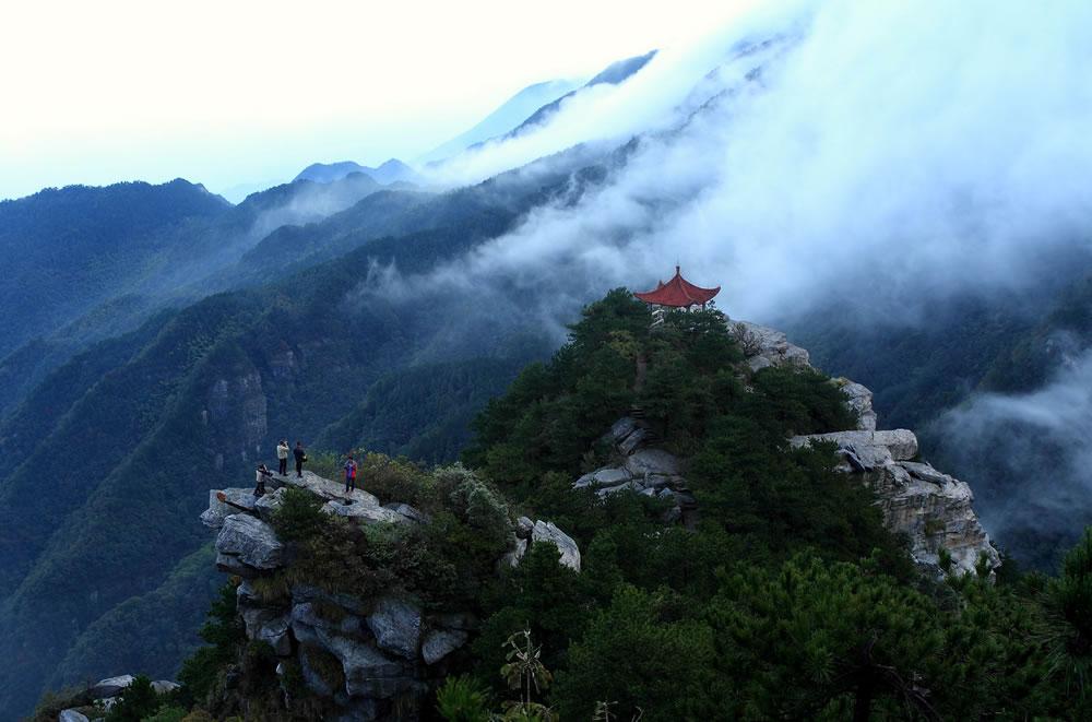 10月9日,江西庐山风景区小天池出现壮观云雾景观.