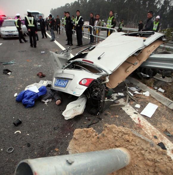 四川成自泸高速车祸已造成8死26伤 车祸现场惨不忍睹
