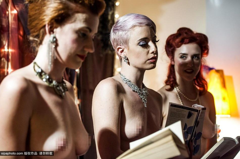 组图:罗马举办读书会 美女裸体阅读莎士比亚诗歌图片