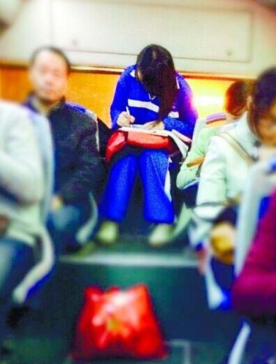 盘点走红的校服美女:美女公交做作业走红