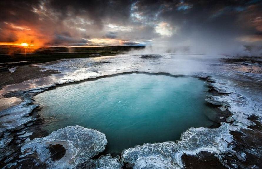 法国摄影师拍摄冰岛间歇泉壮丽画面